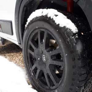 AT_Seite_Reifen im Schnee
